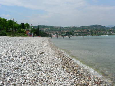 The long shingle beach at Padenghe