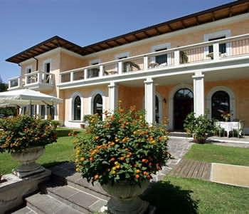 The lakeside aspect of hotel Sogno