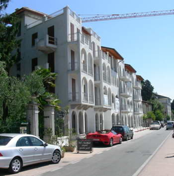 New apartments overlooking the sandy beach at Maderno